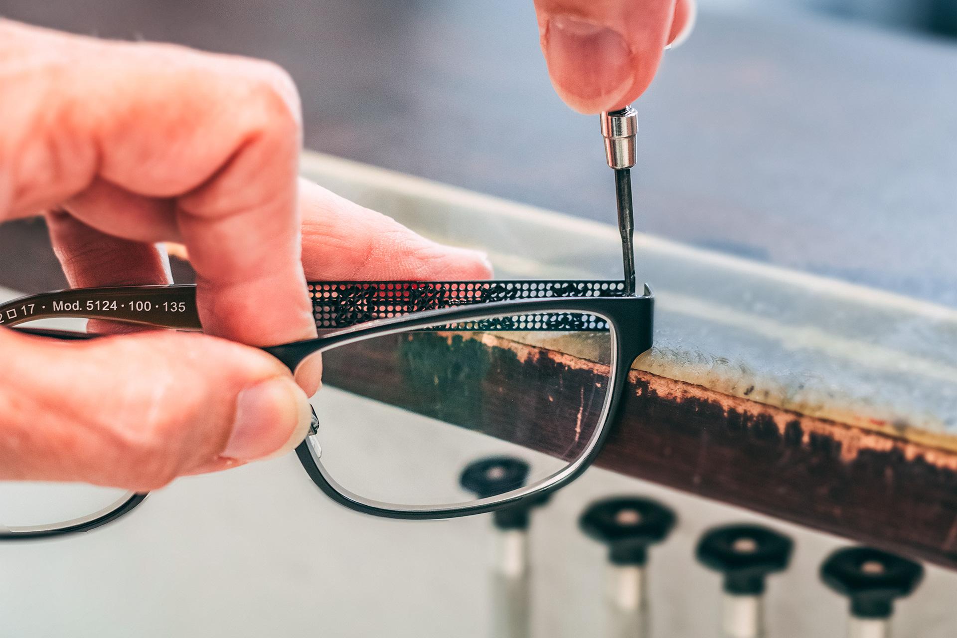 Brillenanpassung und Reparaturservice